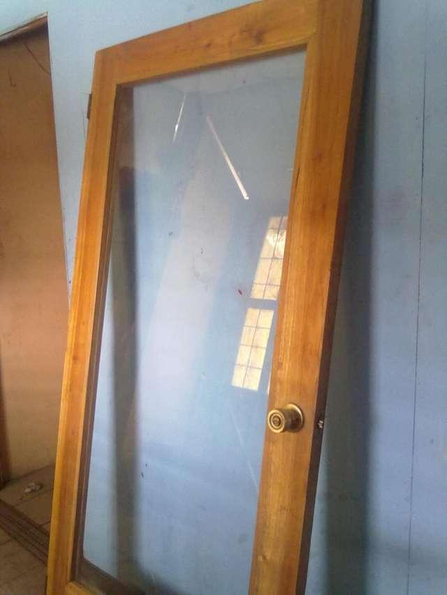Vendo puerta de vidrio marco de madera de cedro $100.00 llamame ...