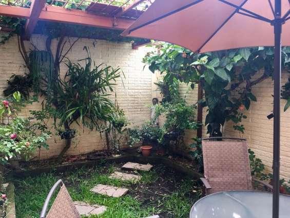 Amplio jardín con enrejado y muros