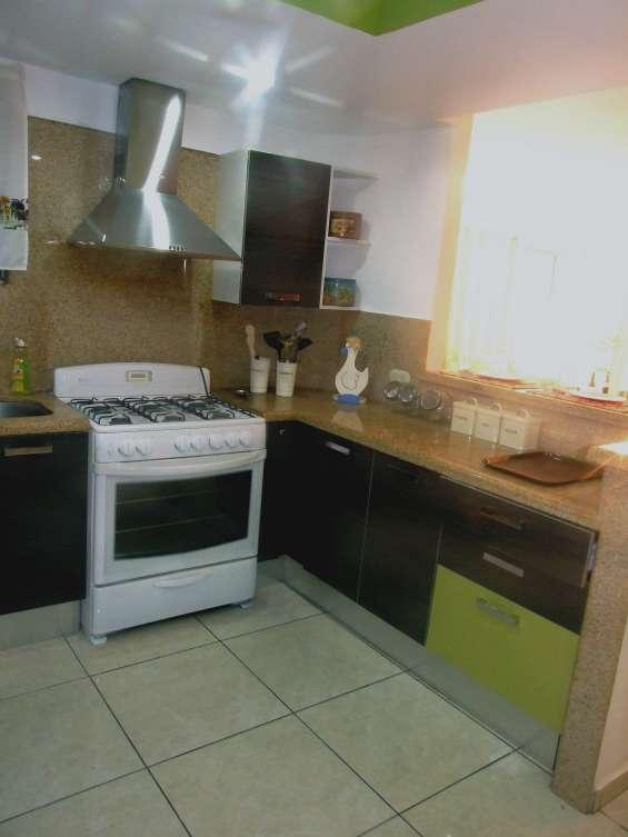 Cocina  y vista hacia la sala