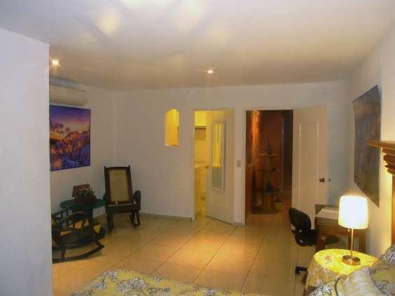 Entrada: al dormitorio sénior, al walk in closet, a la izquierda sala a estar;